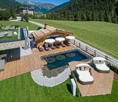 Naturschwimmteich und Außensauna inmitten unberührter Natur (Alpinhotel Berghaus)