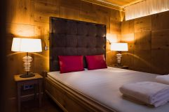 Neu renoviertes Zimmer mit großzügigen Doppelbett (c) Dominik Zimmermann (Hotel Zürserhof)
