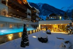 Outdoor Pool und Wellnessbereich im Winter (Trofana Royal)