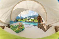 Outdoorliege mit Blick auf den Pool (c) www.360perspektiven.at (Mia Alpina . Zillertal Family Retreat)