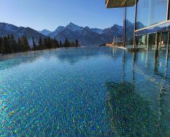 Outdoorpool mit Bergpanorama (Hotel Bergblick)