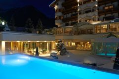 Outdoorpools im Winter bei Nacht (Trofana Royal)