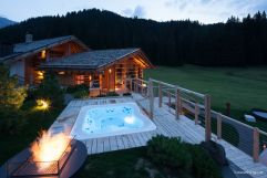 Outdoorwhirlpool bei der Wellnessoase (Tirler-Dolomites Living Hotel)
