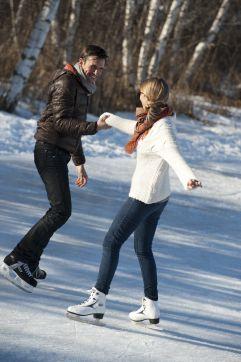 Paar auf Eislaufplatz in Olang