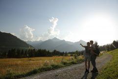 Paar bei einer Wanderung in den Bergen (Hotel Bergblick)