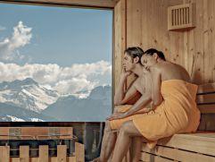 Paar beim Entspannen im PenthouseSPA mit Panoramablick (alpina zillertal)