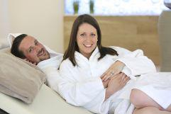 Paar beim entspannen im Wellnessbereich (Schlosspark Mauerbach)