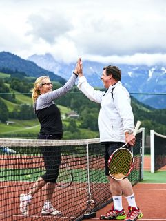 Paar beim Tennis spielen im Sommer (c) Peter Podpera (Der Krallerhof)