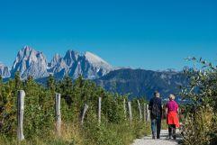 Paar beim Wandern in Villanders bei Klausen (Tourismusverein Klausen)
