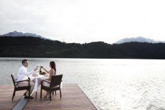 Paar genießt Aperitif mit Ausblick an der Lago di Levico (c) Beatrice Mancini (TVB Valsugana Lagorai)