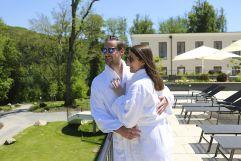 Paar genießt den Ausblick im Morgenmantel (Schlosspark Mauerbach)