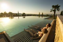 Paar genießt den Sonnenuntergang im Infinity-Sportpool (c) Bernhard Bergmann (Hotel Larimar)