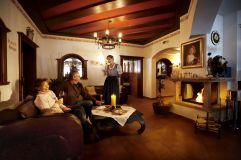 Paar genießt Wein im gemütlichen Kaminzimmer(Biohotel Castello Königsleiten)