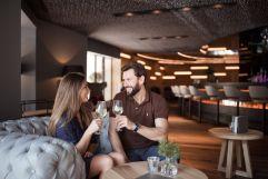 Paar genießt Zeit an der Bar (Wellnessresort AMONTI & LUNARIS)