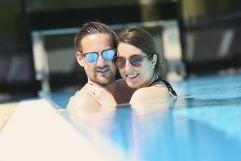 Paar im Outdoor Pool (Schlosspark Mauerbach)