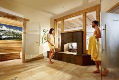 Paar im Saunabereich (Biohotel Castello Königsleiten)