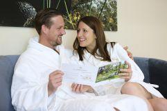 Paar im Wellnessbereich (Schlosspark Mauerbach)