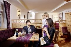 Pärchen beim romantischen Dinner im Restaurant (Biohotel Castello Königsleiten)