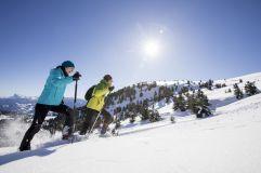 Pärchen beim Schneeschuhwandern - Villanderer Alm im Tourismusverein Klausen