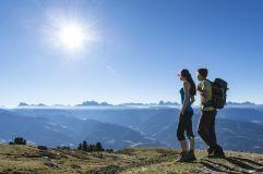Pärchen beim Wandern auf den Almen der südlichen Eisacktaler Dolomiten ©Helmuth Rier (Tourismusverein Klausen, Barbian, Feldthurns und Villanders)