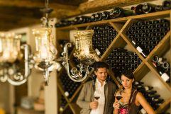 Pärchen beim Wein trinken (c) Klaus Peterlin - allesfoto.com (Wanderhotel Vinschgerhof)