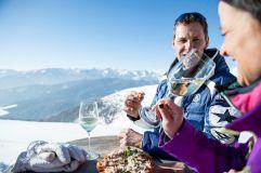 Pärchen beim Weintrinken bei traumhaftem Ausblick auf die verschneiten Berge (c) Alex Filz (TV Klausen)