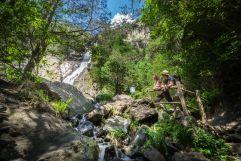 Pärchen blickt auf Barbianer Wasserfälle (Tourismusverein Klausen)