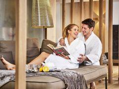 Pärchen genießt die Zeit im Relax Spa (c) Michael Gunz (Genuss und Aktivhotel Sonnenburg - Kleinwalsertal Hotels)