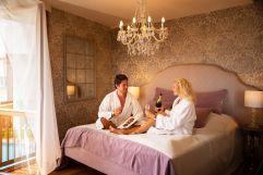 Pärchen genießt die Zeit im Romantik Zimmer (c) Bernhard Bergmann (Hotel Larimar)