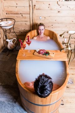 Pärchen genießt gemeinsames Milchbad (c) DEJORI WERNER (Hotel Granbaita Dolomites)