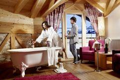Pärchen genießt Vollbad in der Suite Deluxe Edelweiss (Biohotel Castello Königsleiten)