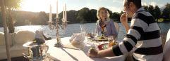 Pärchen genießt Zweisamkeit am See (KOLLERs Hotel)