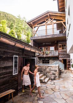 Pärchen im Outdoor Wellnessbereich (c) James Bedfort (Hotel Quelle Nature Spa Resort)