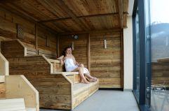 Pärchen genießt den Ausblick in der Sauna vom MyTirol