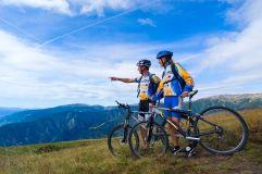 Pärchen mit Fahrrädern auf den Bergen (c) Georg Hofer (Tourismusverein Klausen)