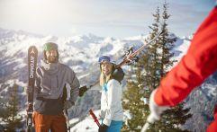 Pärchen mit Ski im St. Johann Alpendorf (c) MirjaGeh.com