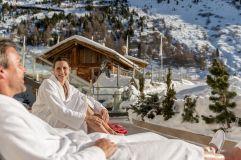 Pärchen relaxt im Winter im Spa-Außenbereich des Hotels Hochfirst (c) Alexander Maria Lohmann