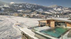 Pärchen schwimmt im beheizten SkyPool im Winter (c) Jan Hanser mood photography (alpina zillertal)
