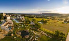 Panoramaansicht auf das Hotel mit Garten (c) Bernhard Bergmann (Hotel Larimar)