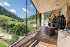 Panoramablick in die sommerlichen Bergwiesen von der Adlerhorstsuite (Naturhotel Rainer)