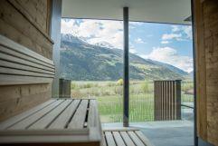 Panoramafenster in der Sauna im Sommer (c) Rebecca Kayser (Wanderhotel Vinschgerhof)