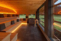 Panoramasauna aus Zirbenholz mit Ausblick auf die Seiser Alm (Tirler-Dolomites Living Hotel)