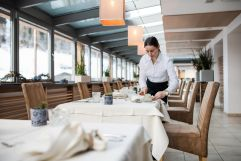 Professioneller Service im Restaurant (Naturhotel Rainer)