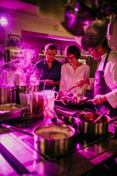 Professionelles Küchenteam rund um Küchenchef Sebastian Meier (Gut Edermann)