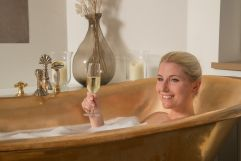 Prosecco in der Badewanne (Hotel Post am See)