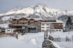 Puradies Hotel mit Ausblick auf das winterliche Bergpanorama (c) Peter Kuehnl (PURADIES Hotel & Chalets)