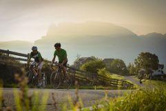 Radfahren im Sonnenuntergang (c) Daniel Geiger (Alphotel Tyrol)