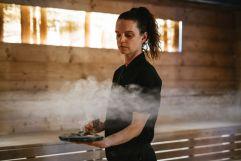 Räuchern in der Finnischen Sauna (Naturhotel Rainer)