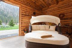 Relaxen auf einer Doppelliege im Wellnessbereich (Alpinhotel Berghaus)