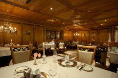 Restaurant Kaiserstube am Abend mit Beleuchtung und Gedeck im Hotel Trofana Royal